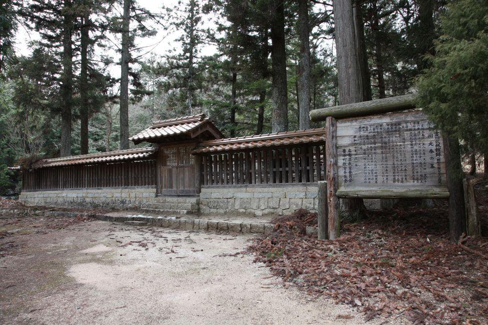 吉川元春・元長の墓(北広島町・旧豊平町)