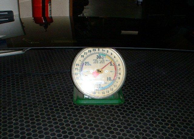 外したガラスの重さを計ると約4.3kgでした。