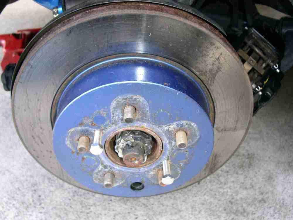 キャリパーを外し、ローターを手前に引き抜け。。。ない。<br /> 錆で固着しているので、ボルトを差し込み、浮かせて取ることに。