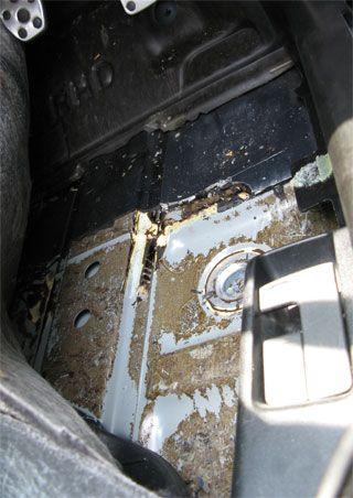 BLレガシィの運転席足下の床のアンダーコートを剥がした状態