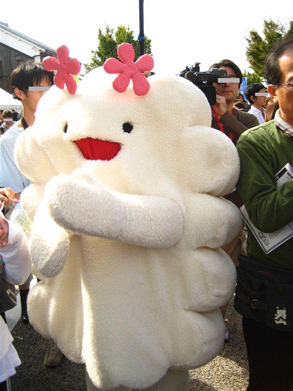 ★くもっくる(東京 渋谷)<br />  「渋谷Flowerプロジェクト」のマスコットキャラクター<br /> <br /> くもっくるは、渋谷駅前のモヤイ像花壇などで花を育てているボランティアグループ、「渋谷Flowerプロジェクト」のマスコットキャラクターとして2007年に誕生しました。<br /> (キグるミさみっと実行委員会HPより抜粋)<br /> <br /> 雨を降らせてお花に水をやりをしたり、雨のかわりに種をまいたりと、シブハナの活動をお手伝いしているそうです。