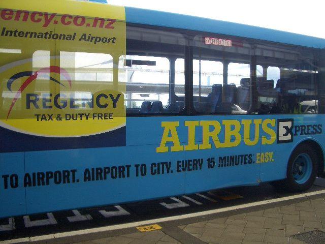2008年12月17日<br /> オークランドから関空へ戻る便は朝8時台の出発です。<br /> なので前日にパーマストンノースから国内便でオークランドに移動しておく必要がある。<br /> <br /> 17日昼に国内便でオークランドに到着。荷物をホテルに預けてオークランド市内に向かいます。<br /> <br /> Air Bus というバスは空港からオークランド市内の往復で片道15NZドル(約900円)。<br /> 往復22NZドルの切符を買いました!