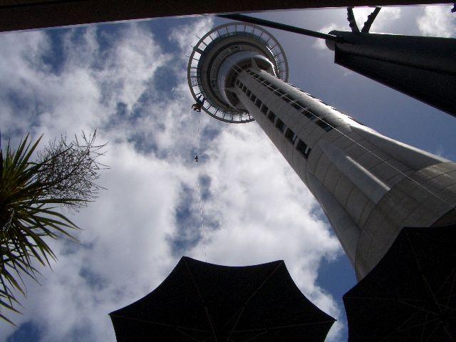 スカイタワーに到着して見上げたとたん<br /> 人が降ってきました。<br /> バンジージャンプでタワーから飛び降りてきました。<br /> ぞぉっ~。<br /> <br />