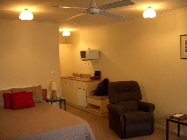 オークランド空港近くのBK'S(ビーケーズ)というモーターホテルに宿泊。118NZドル。素泊まり。<br />