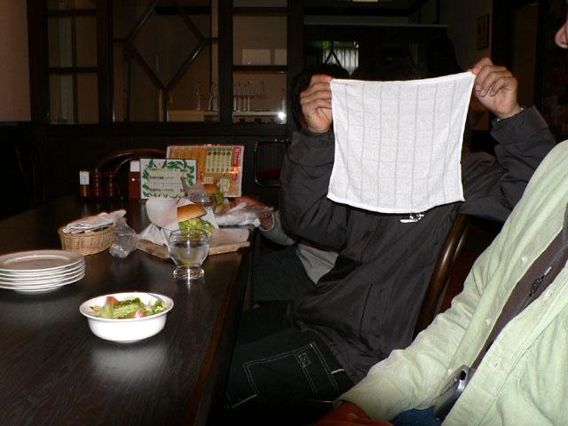 レストランでの一こま<br /> bokutoさんジュニアを撮影しようとしたら拒否されました