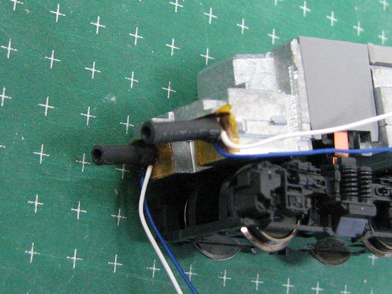 その上にテール/入換灯LEDを両面テープで固定します。<br /> <br /> <br /> <br /> →DE22Kx6搭載記録②へ続きます・・・。