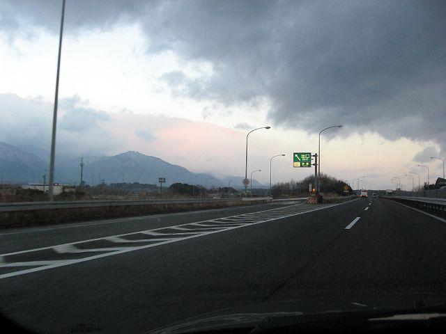 亀山から少し進んで、「鈴鹿IC」付近の様子です。<br /> <br /> 道路の左手には、鈴鹿山脈の山々が見えておりました。<br /> 山頂には雪があるようですが、この暖冬のせいか冬山には見えません。