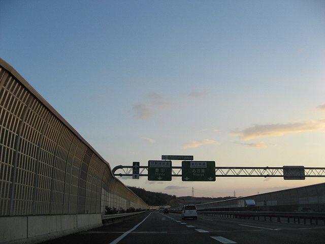 「伊勢道」から「伊勢湾岸道」への分岐地点です。<br /> <br /> この辺りから東の空が急速に明るくなってきました。