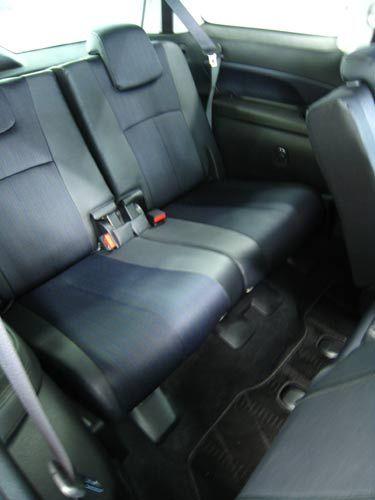 三列目<br /> やはりな足元なのだが<br /> 空間は広いあまり苦しさは感じないかも<br /> 座席が段になってるため車にって前の人の頭を見続けるってことは無いみたい<br /> 三列目からも運転席の手元・スピードメーターが見れるそうだ(笑