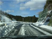 山道にはまだ雪が