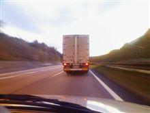 ナンバー灯が点いていない大型トラック