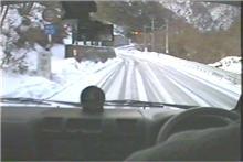 山道は路面状況急変
