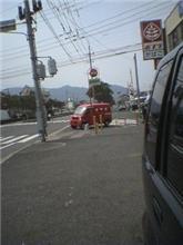 交差点内に止める赤い車!