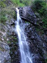 国道沿いの滝