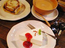 本日のスイーツ 「ヨーグルトチーズケーキ&シナモンロール」