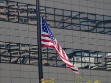 アメリカ大使館に半旗たなびく
