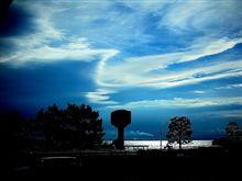 仕事場から海を見ると幾重に重なる雲が綺麗でした