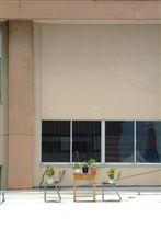 机と椅子と植木鉢