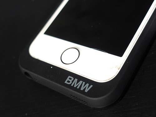 ac7b4613bd スマホカバーにワイヤレス充電が可能になる機能があり、カバーに付属のLightning端子をiPhoneSEに挿します。