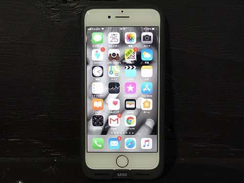 ad4d3b005a スマホカバーにワイヤレス充電が可能になる機能があり、カバーに付属のLightning端子をiPhone7に挿します。