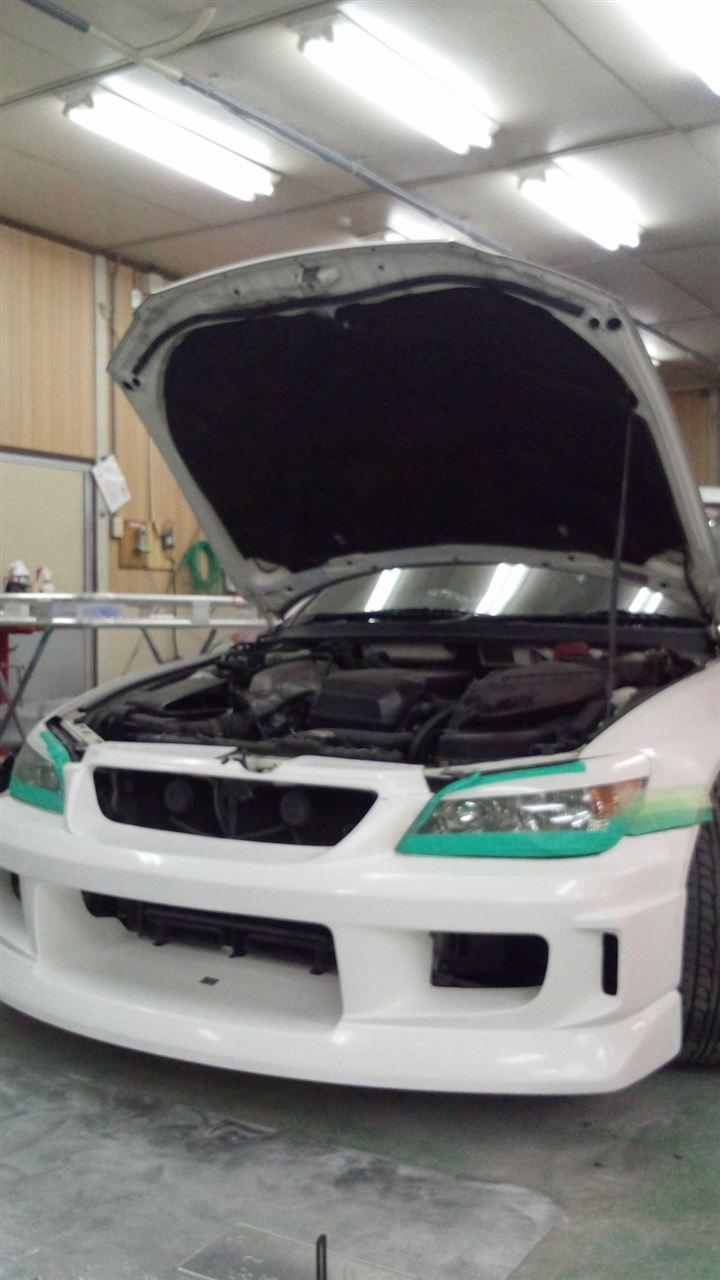 東京都立川市の車の板金塗装修理工場 ガレージローライドのトヨタ アルテッツァのFRP製フロントバンパーの 塗装 取付 です。
