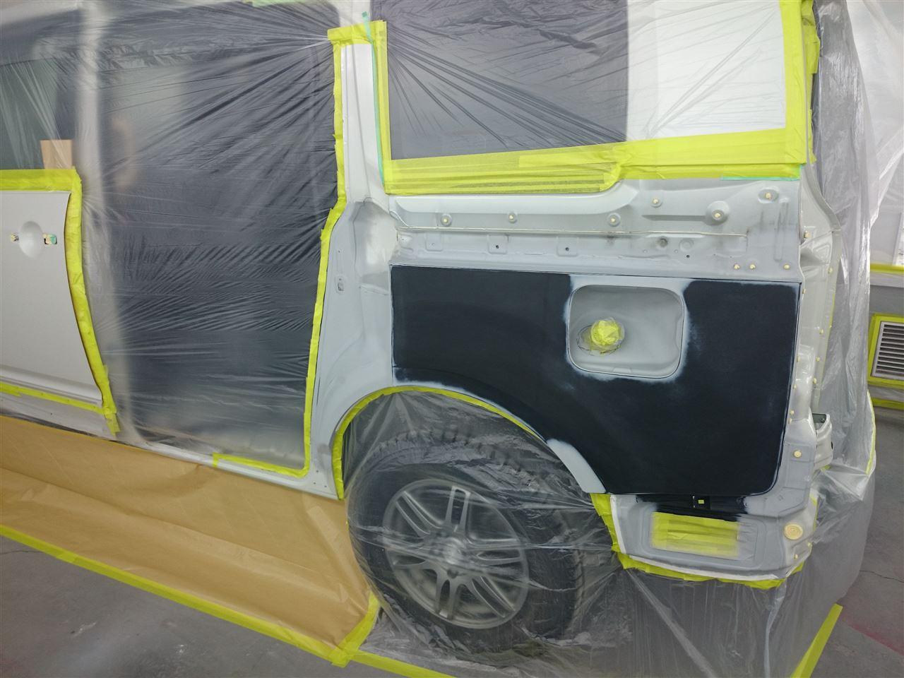 東京都立川市の車の板金塗装修理工場 ガレージローライドの三菱 デリカの左側面のキズ へこみ の板金 修理 塗装 です。
