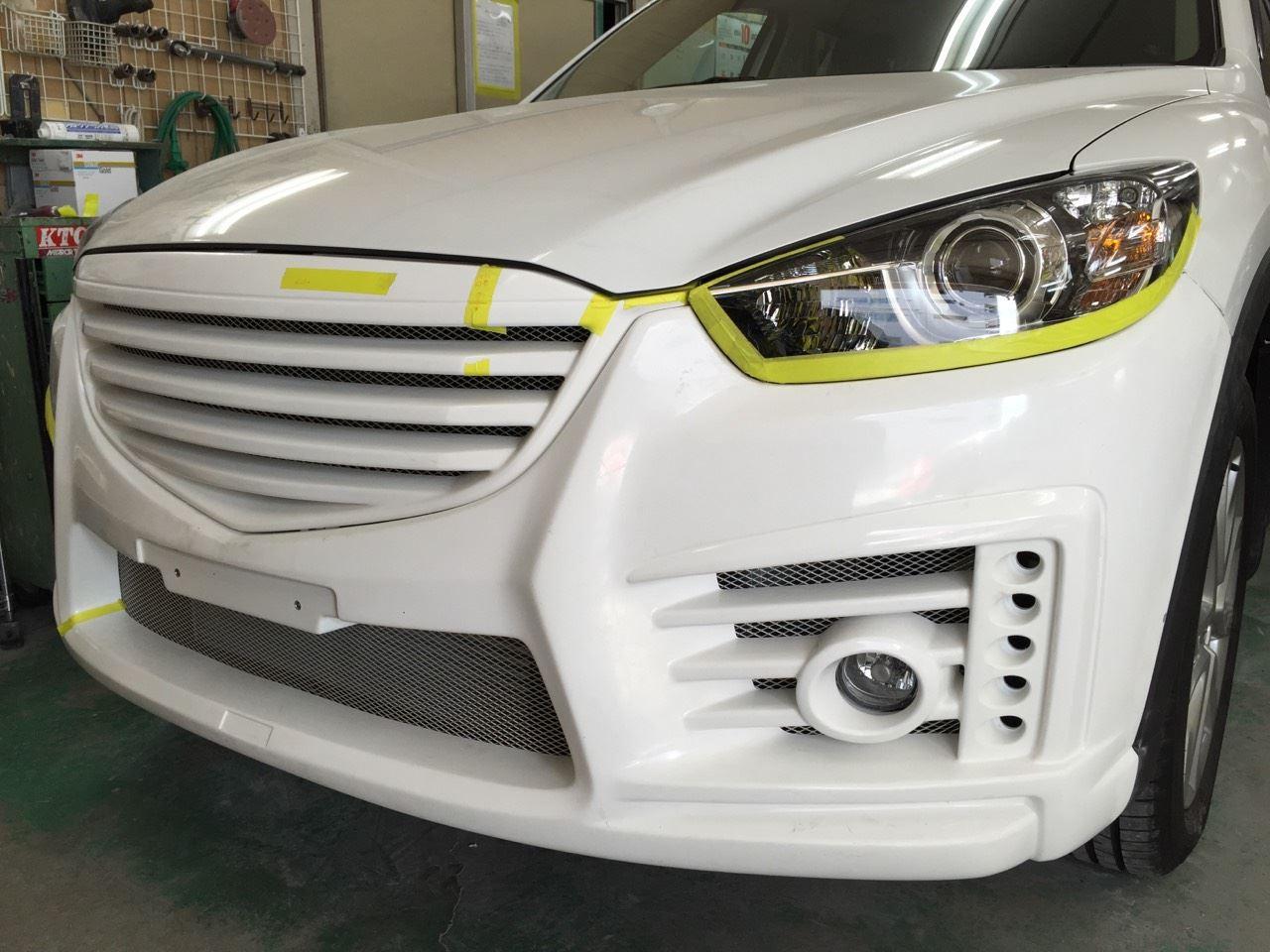 東京都立川市の車の板金塗装修理工場 ガレージローライドのマツダ CX-5のエアロパーツ 塗装 取付 です。