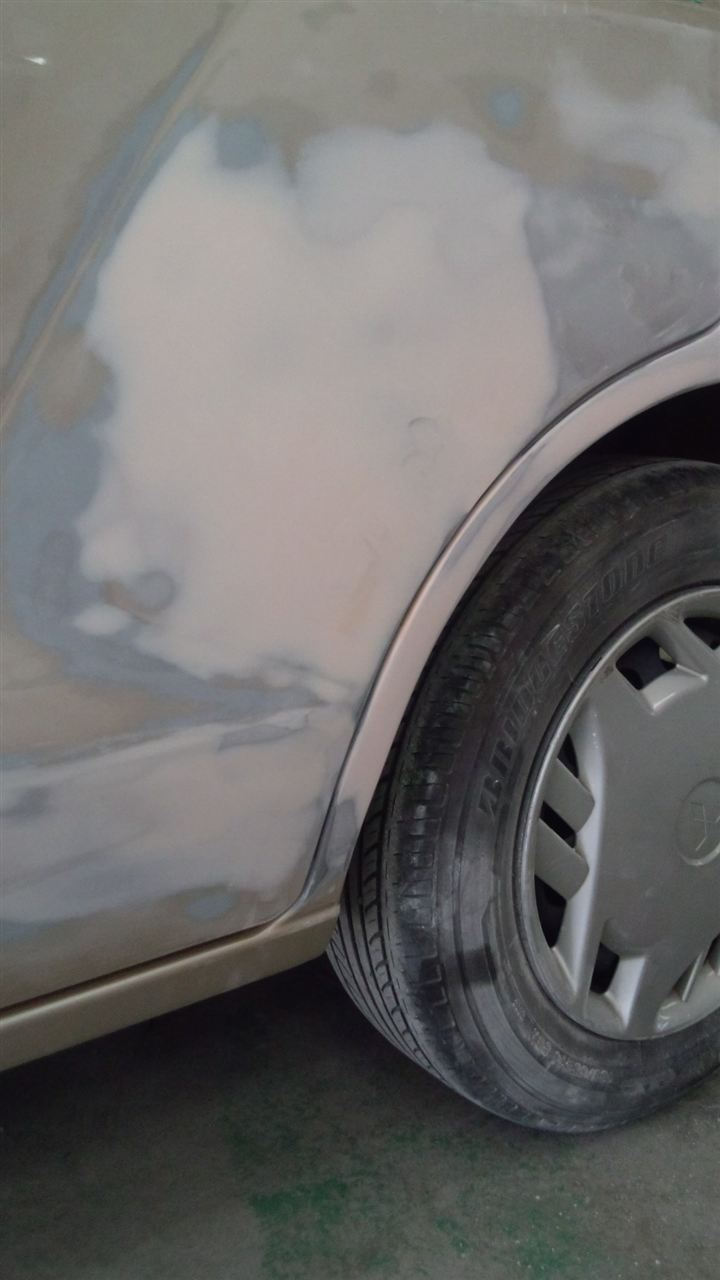 東京都立川市の車の板金塗装修理工場 ガレージローライドの三菱 ミラージュの左リヤドア リヤフェンダーのキズ へこみ の板金 修理 塗装 です。