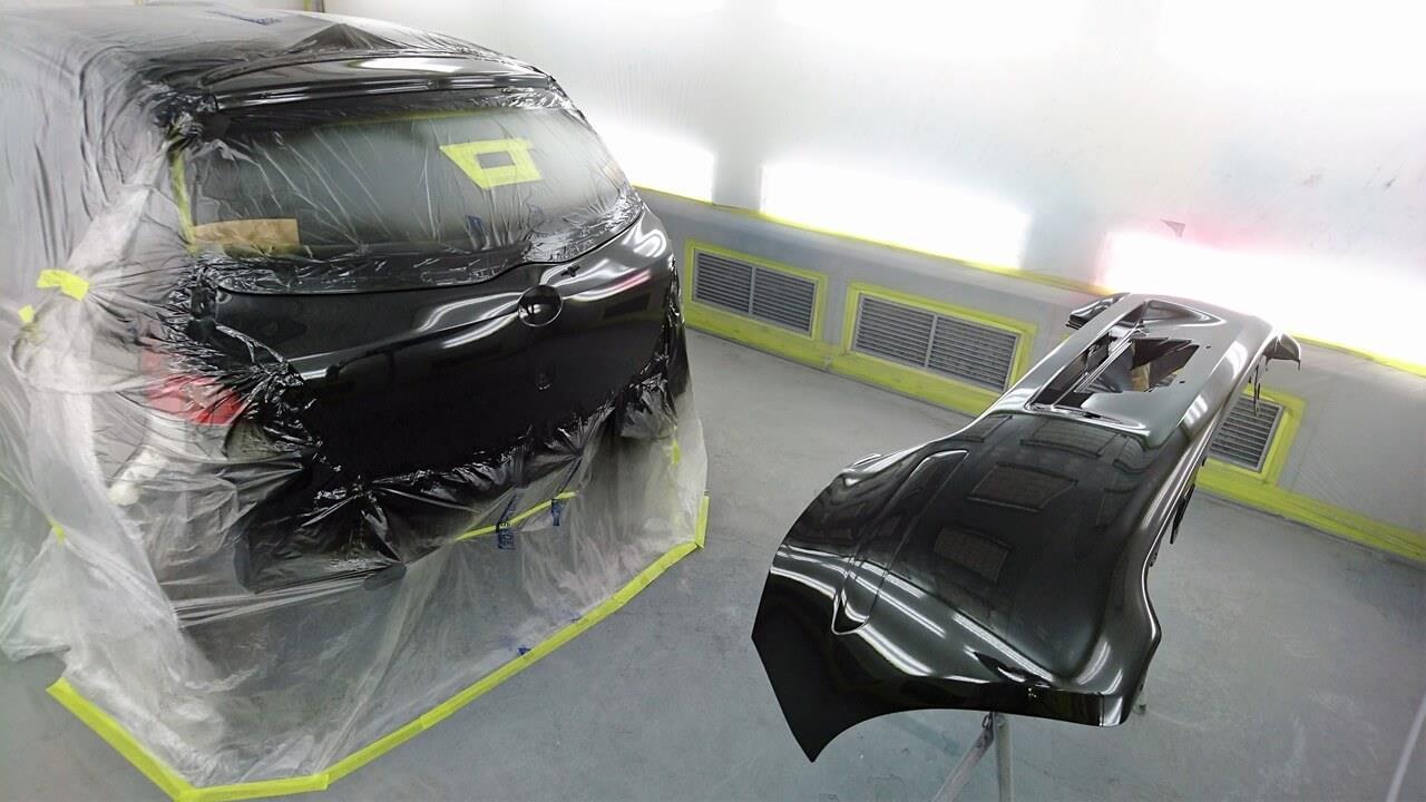 立川市の車の板金塗装修理工場 ガレージローライドのトヨタ ヴィッツのリヤバンパ・バックドア・バックパネルのキズ へこみ の板金 修理 塗装 です。