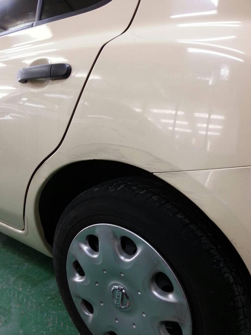 東京都立川市の車の板金塗装修理工場 ガレージローライドの日産 マーチ 左側面のキズ へこみ の板金 修理 塗装 です。