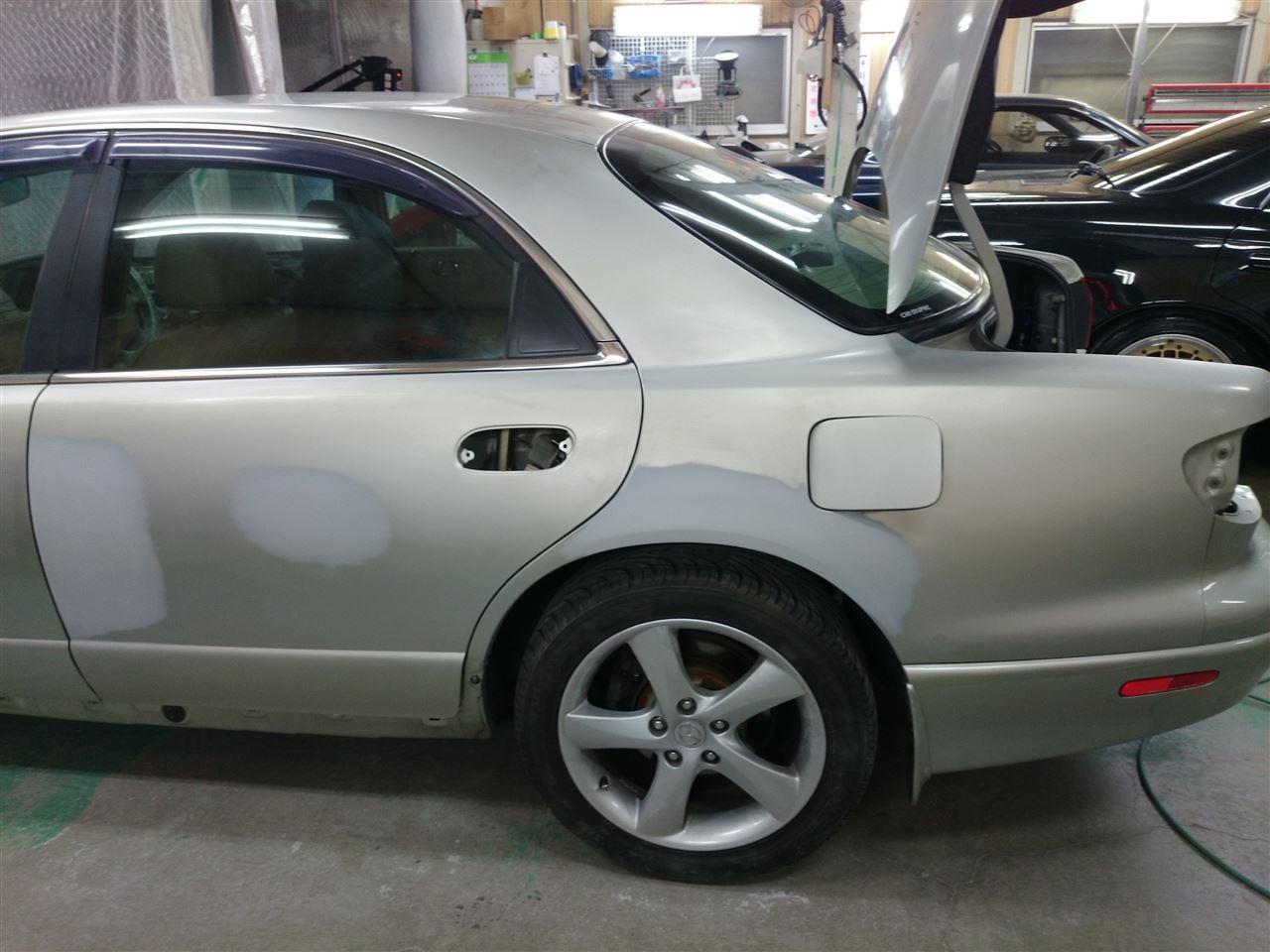 東京都立川市の車の板金塗装修理工場 ガレージローライドのマツダ ミレーニアの左側面のキズ へこみ の板金 修理 塗装 です。