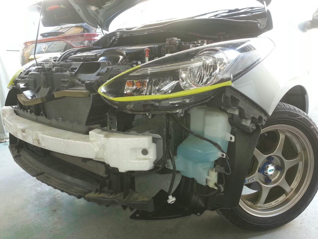 東京都立川市の車の板金塗装修理工場 ガレージローライドのマツダ デミオ のエアロパーツ塗装 取付 です。