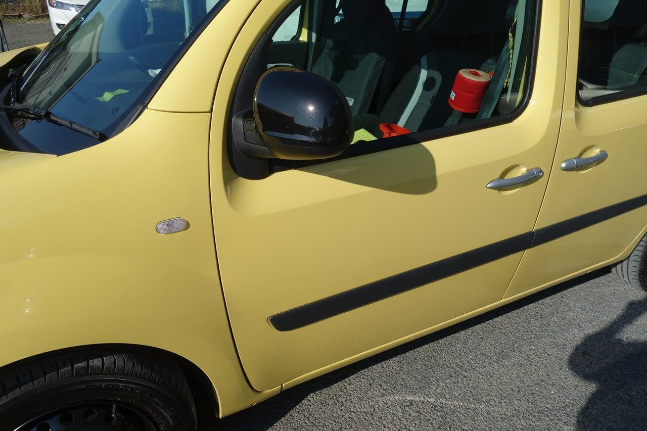 立川市の車の板金塗装修理工場 ガレージローライドのルノー カングーのキズ へこみ の板金 修理 塗装 です。
