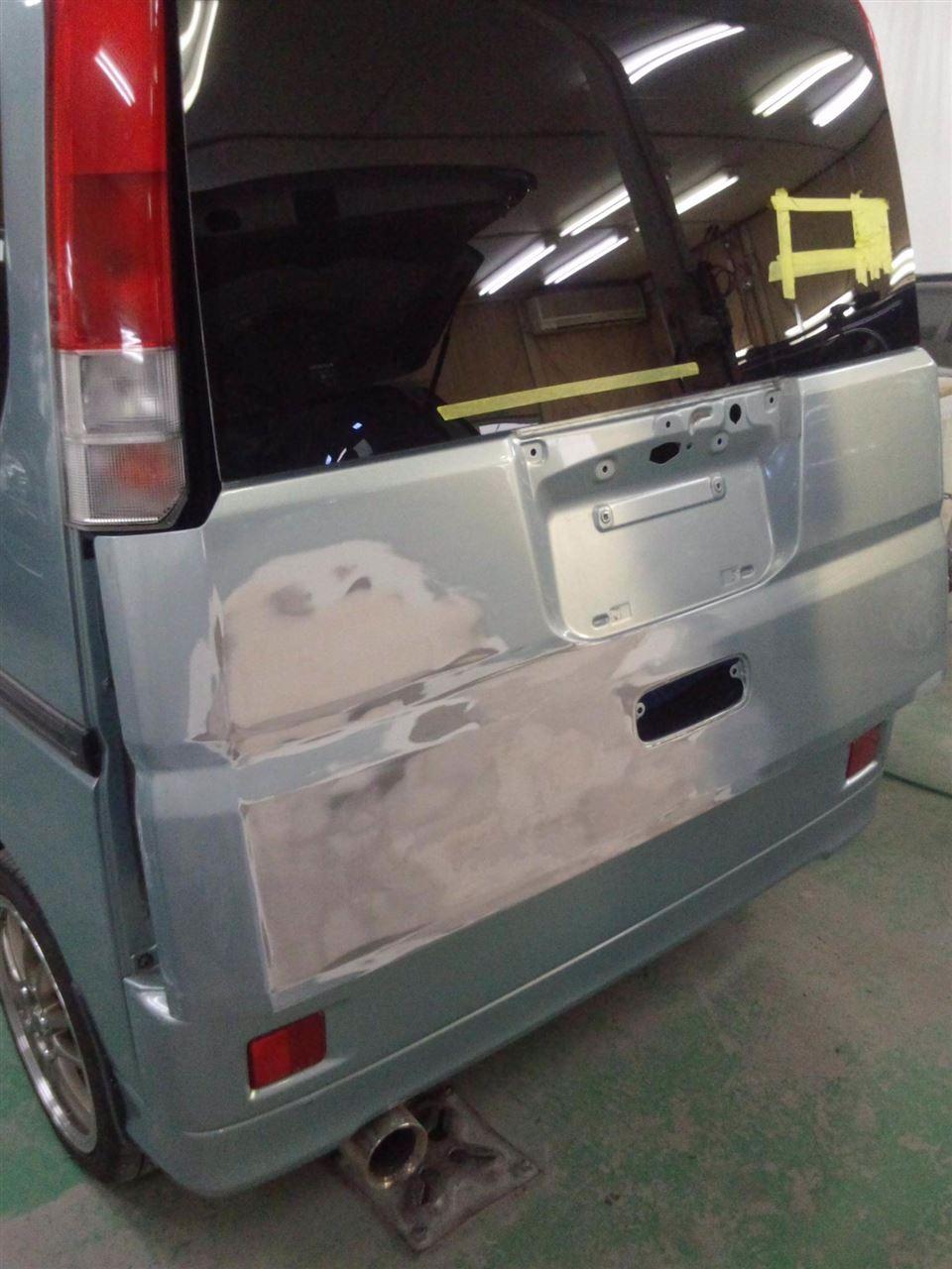東京都立川市の車の板金塗装修理工場 ガレージローライドのホンダ バモスのリヤまわりのキズ へこみ の板金 修理 塗装 です。