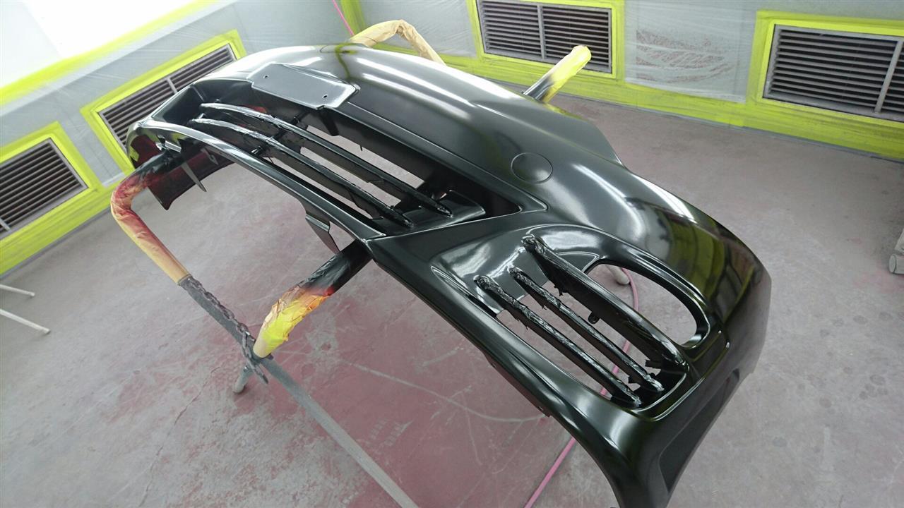 立川市の車の板金塗装修理工場 ガレージローライドのトヨタ エスティマの前まわりのキズ へこみ の板金 修理 塗装 です。