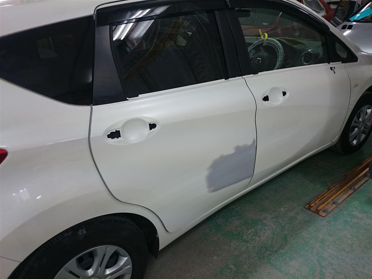 東京都立川市の車の板金塗装修理工場 ガレージローライドの日産 ノートの右側面のキズ へこみ の板金 修理 塗装 です。