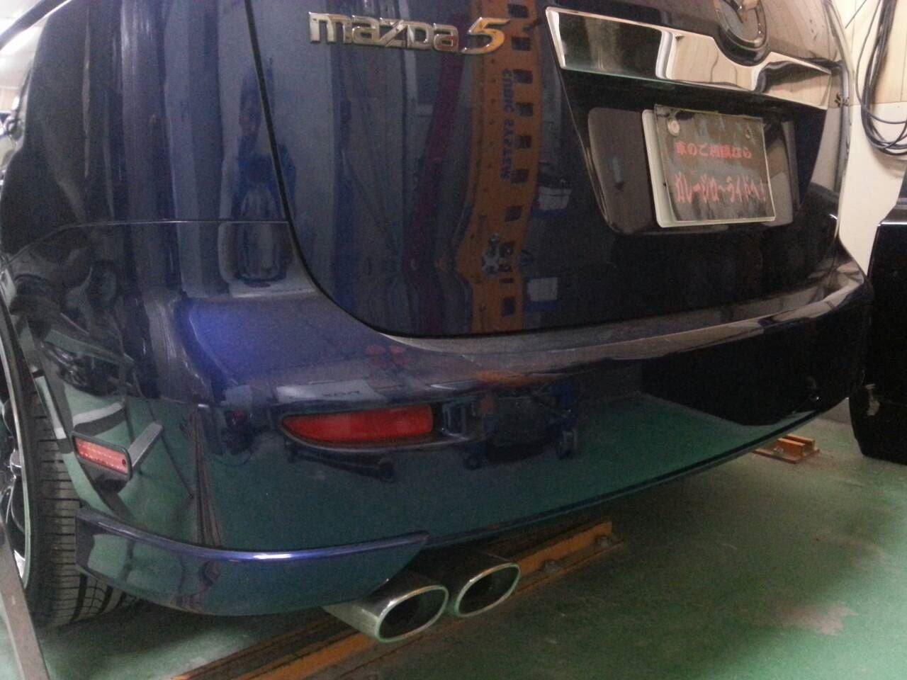 東京都立川市の車の板金塗装修理工場 ガレージローライドのマツダ プレマシーのリヤスポイラー加工 カスタム 塗装 取付 です。