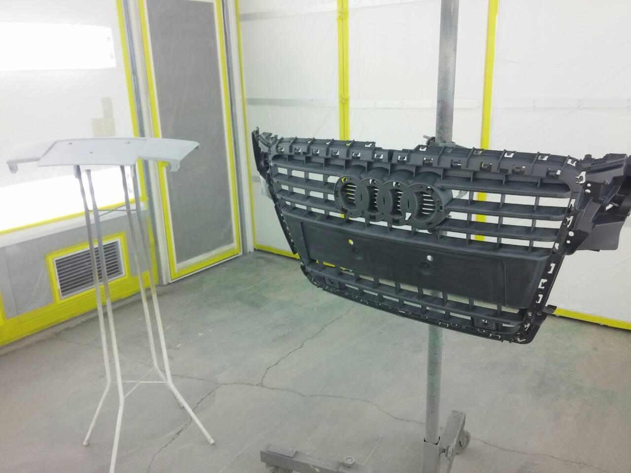 東京都立川市の車の板金塗装修理工場 ガレージローライドのアウディ A4のフロントグリル塗装 です。