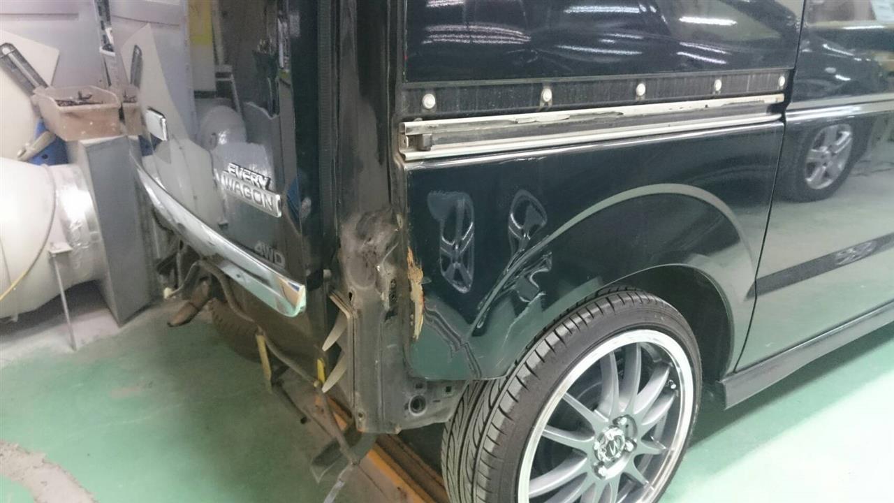 立川市の車の板金塗装修理工場 ガレージローライドのスズキ エブリィの右リヤフェンダ等のキズ へこみ の板金 修理 塗装 です。
