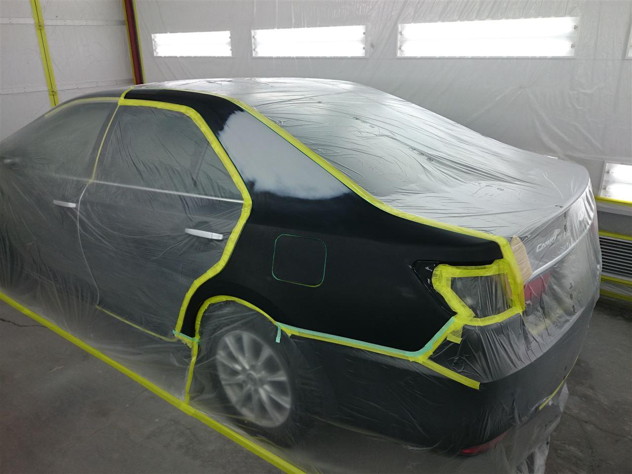 東京都立川市の車の板金塗装修理工場 ガレージローライドのトヨタ カムリの左リヤフェンダーのキズ へこみ の板金 修理 塗装 です。