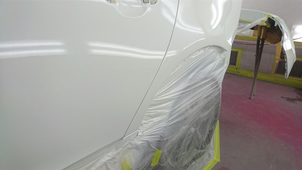 立川市の車の板金塗装修理工場 ガレージローライドのボルボ XC60のリヤフェンダ・リヤドアのキズ へこみ の板金 修理 塗装 です。