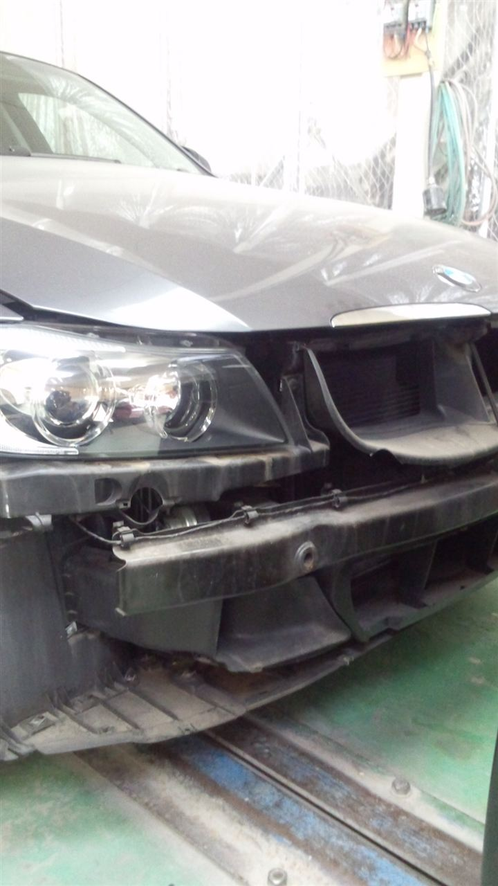 東京都立川市の車の板金塗装修理工場 ガレージローライドのBMW323iの前まわりのキズ へこみ の板金 修理 塗装 です。