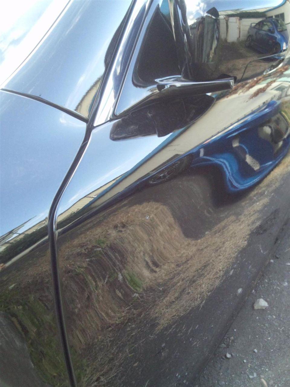 東京都立川市の車の板金塗装修理工場 ガレージローライドの日産 フーガの左フロントドアのキズ へこみ の板金 修理 塗装 です。