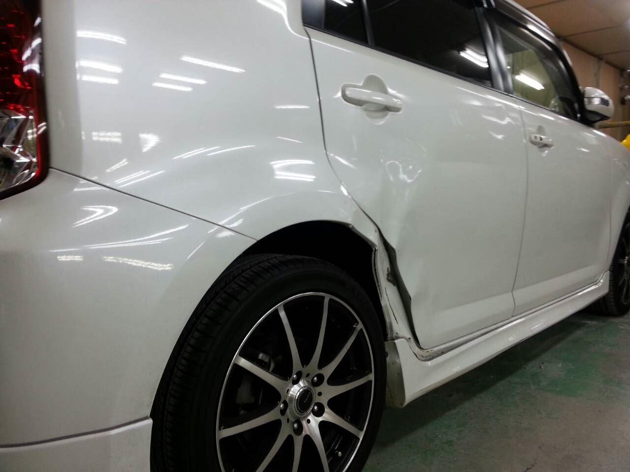 東京都立川市の車の板金塗装修理工場 ガレージローライドのトヨタ カローラ ルミオンの右側面のキズ へこみ の板金 修理 塗装 です。