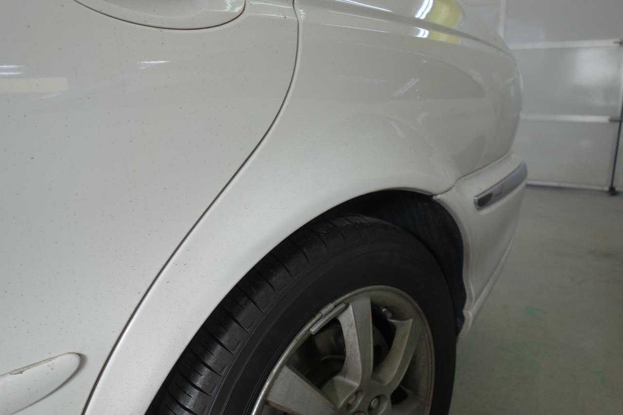 立川市の車の板金塗装修理工場 ガレージローライドのジャガー Xタイプの他店修理不具合のキズ へこみ の板金 修理 塗装 です。