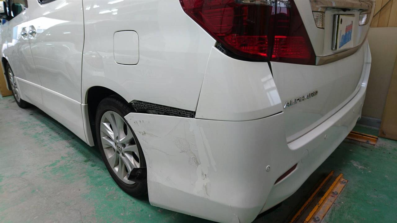 立川市の車の板金塗装修理工場 ガレージローライドのトヨタ アルファードの左リヤフェンダ等のキズ へこみ の板金 修理 塗装 です。