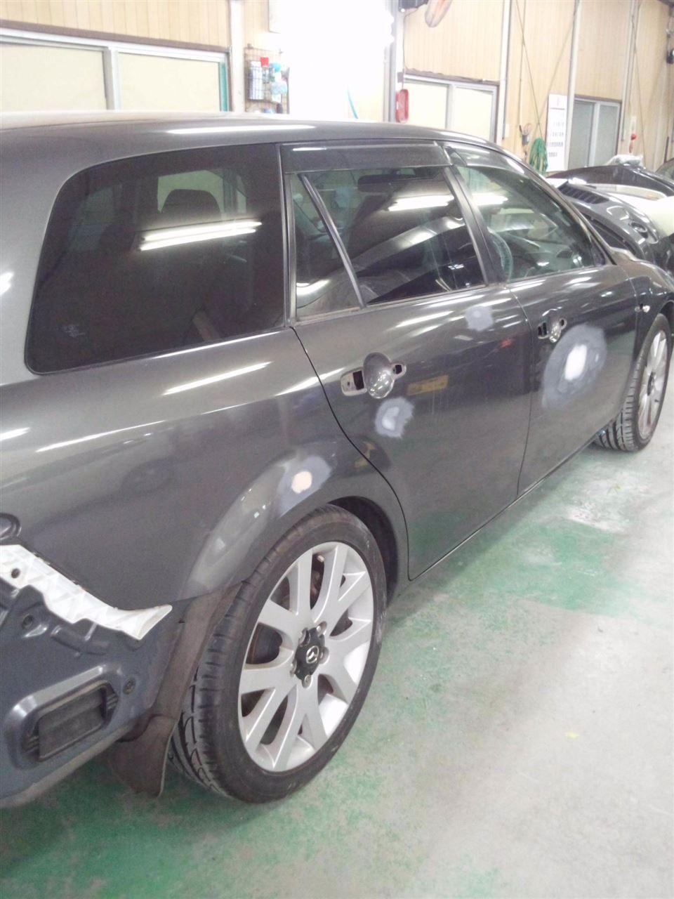 東京都立川市の車の板金塗装修理工場 ガレージローライドのマツダ アテンザの右側面のいたずらキズ へこみ の板金 修理 塗装 です。