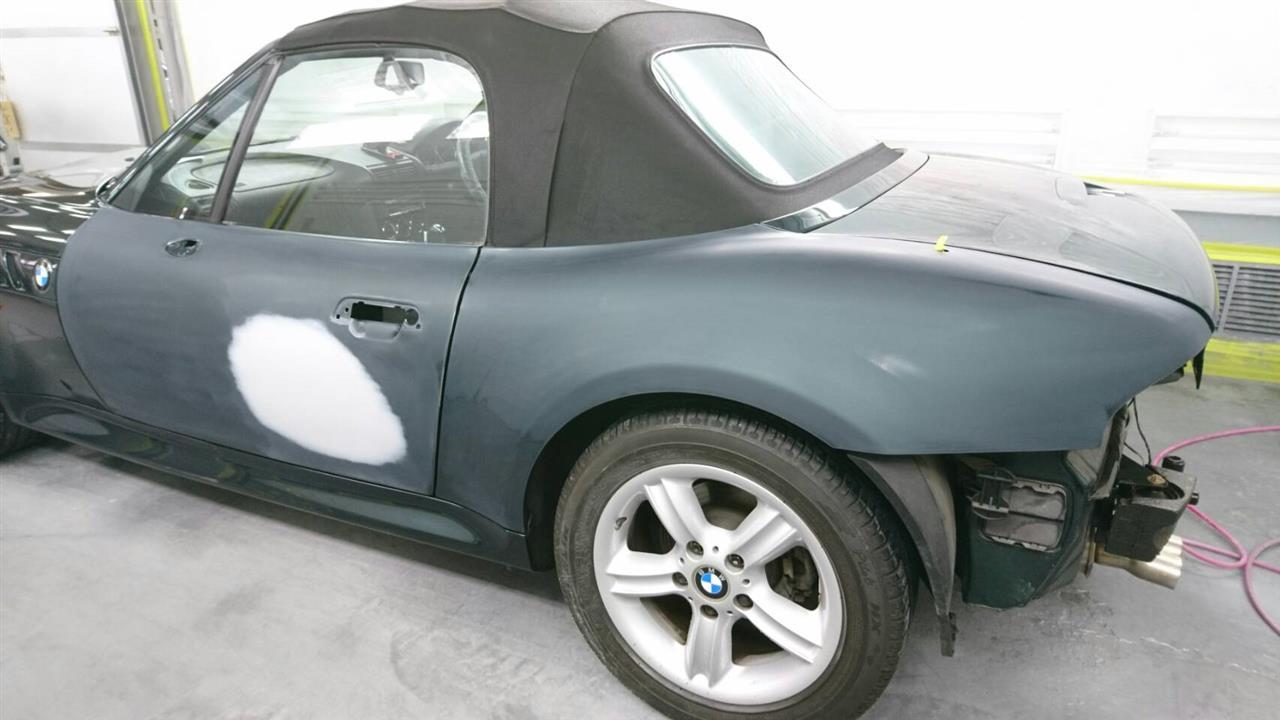 立川市の車の板金塗装修理工場 ガレージローライドのBMW Z3の左ドアのキズ へこみ の板金 修理 塗装 です。