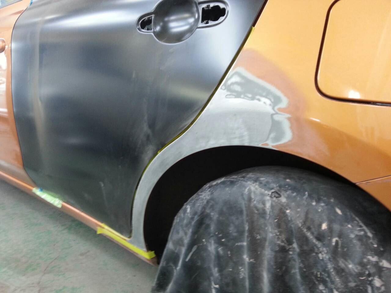 東京都立川市の車の板金塗装修理工場 ガレージローライドの日産 マーチの左側面のキズ へこみ の板金 修理 塗装 です。