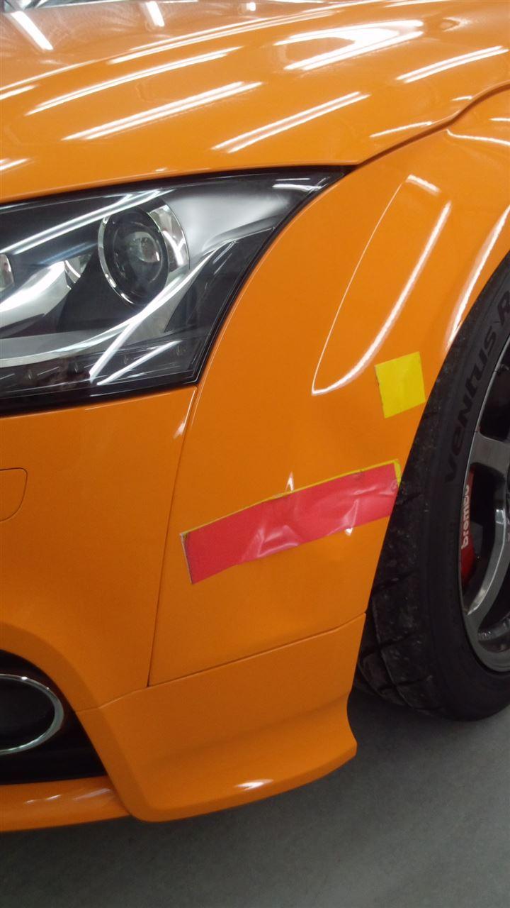 東京都立川市の車の板金塗装修理工場 ガレージローライドのアウディ TTSの左フロントフェンダーのキズ へこみ の板金 修理 塗装 です。